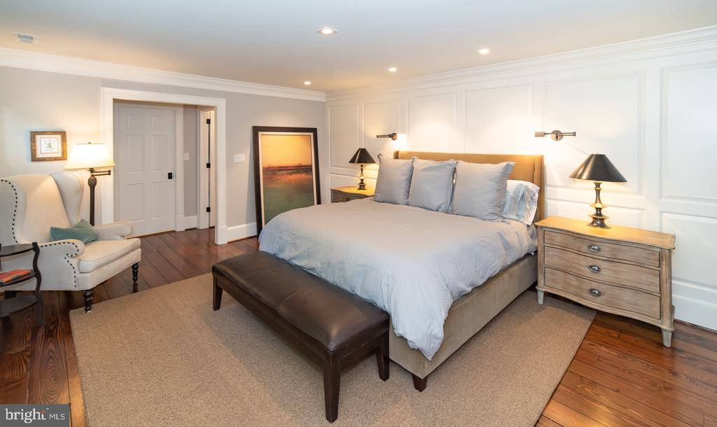 Master Bedroom with Walk-in Closet - 412 WOLFE ST, ALEXANDRIA