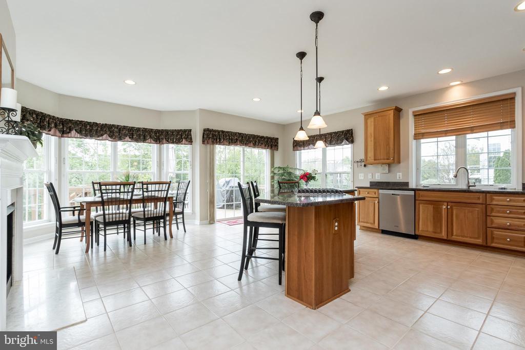 Open Kitchen w/Bright Breakfast Area - 43777 PARAMOUNT PL, CHANTILLY