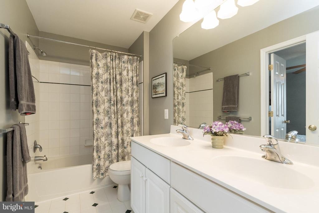 Upper Level Bathroom - 43777 PARAMOUNT PL, CHANTILLY