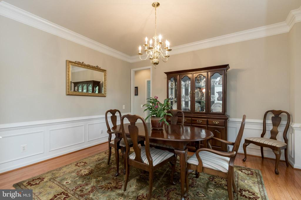 DR w/Crown Molding/Chair Rail and Shadow Boxing - 43777 PARAMOUNT PL, CHANTILLY