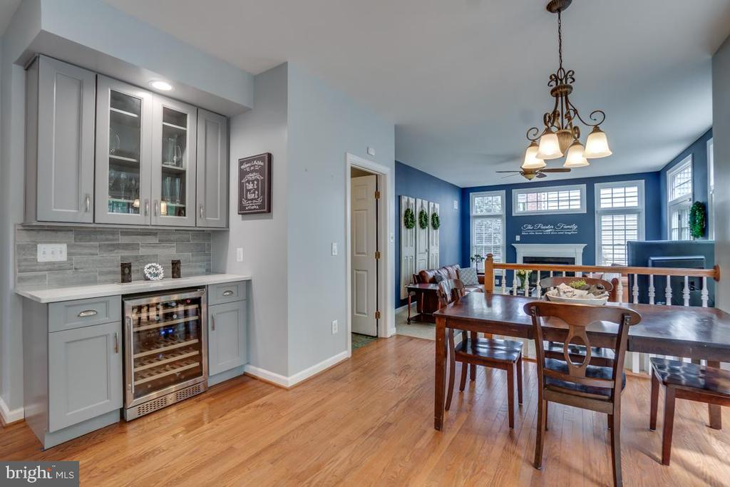 Breakfast room features wine/coffee bar - 26022 GLASGOW DR, CHANTILLY