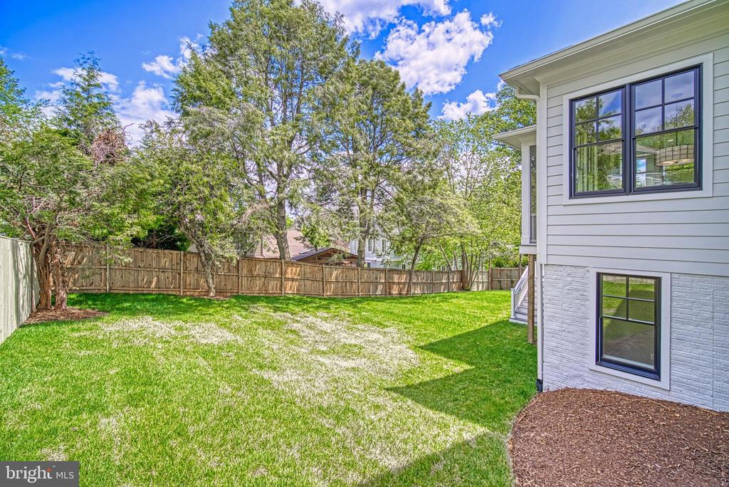 Spacious back yard with 6' privacy fence - 3511 N POTOMAC ST, ARLINGTON