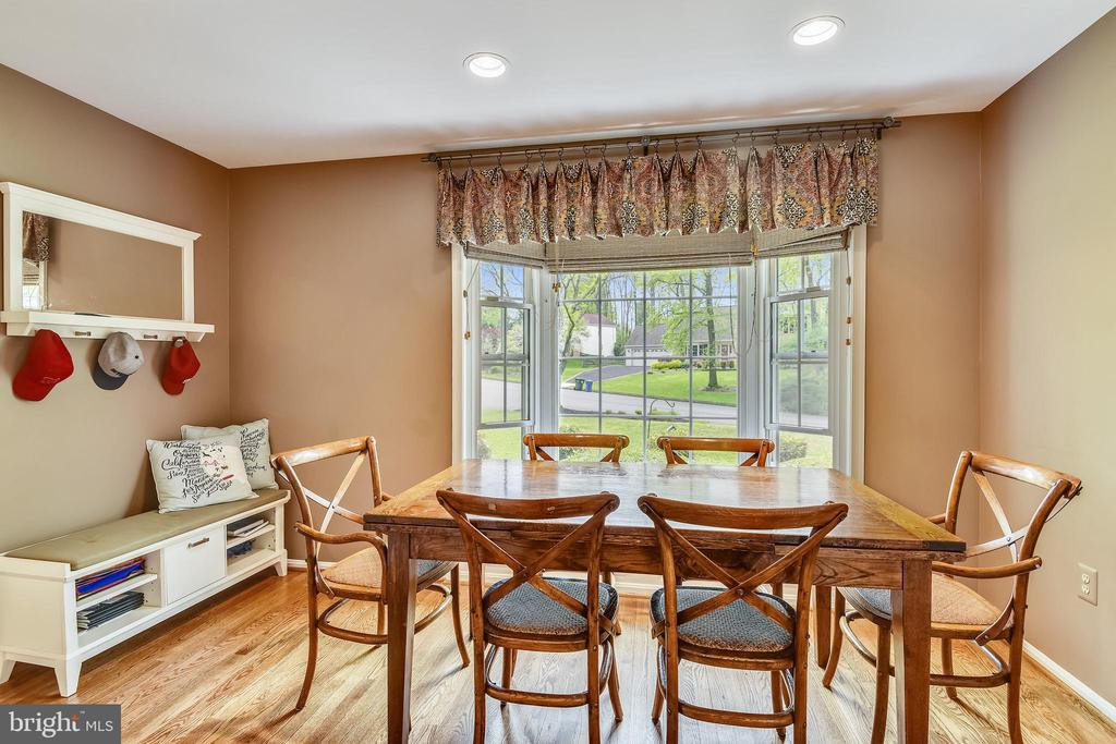 Country kitchen with plenty of table space. - 9706 FEROL DR, VIENNA
