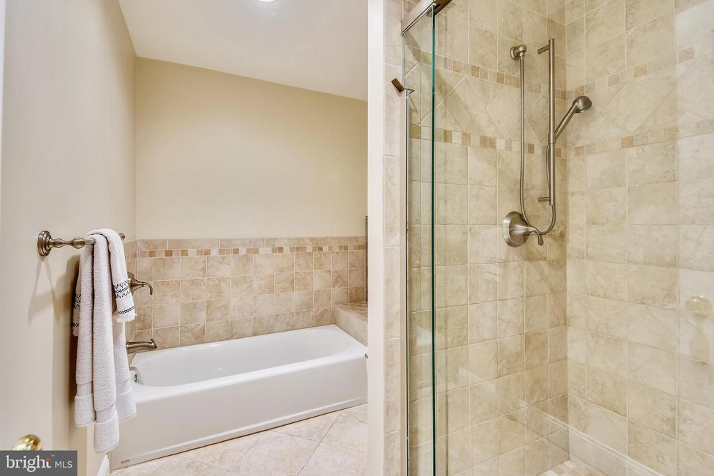 Separate Tub and Shower - 9706 FEROL DR, VIENNA