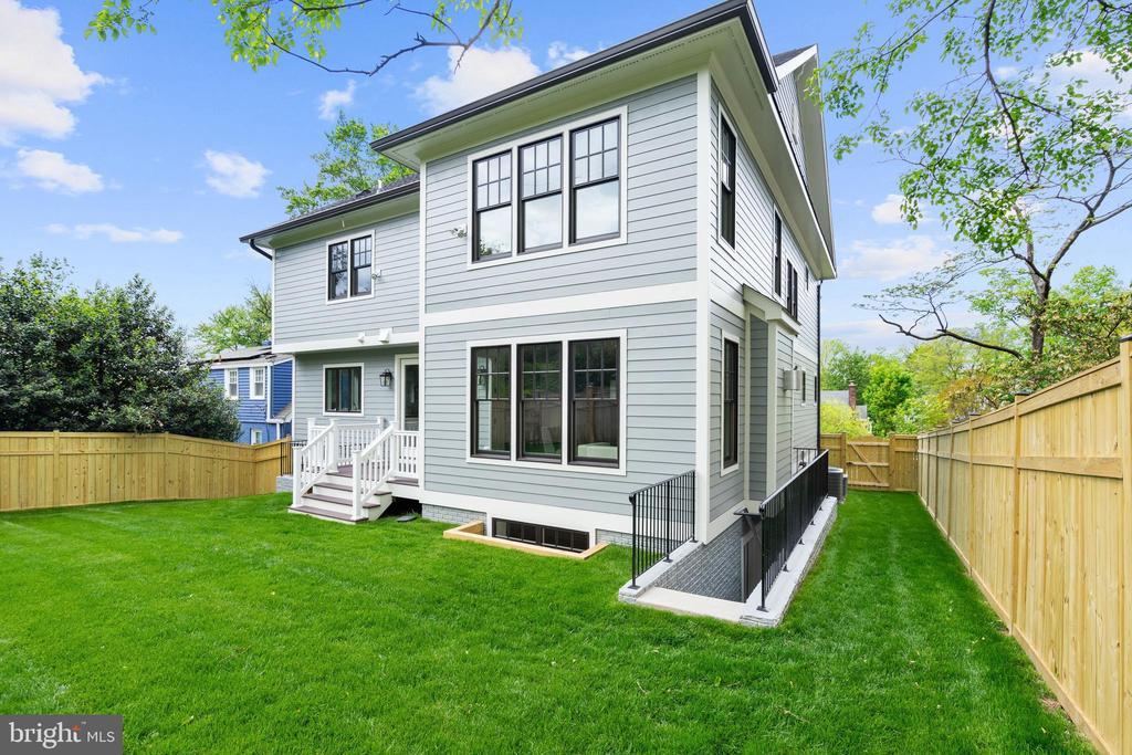 deep, level, fenced rear yard for play, gardening - 5010 25TH RD N, ARLINGTON