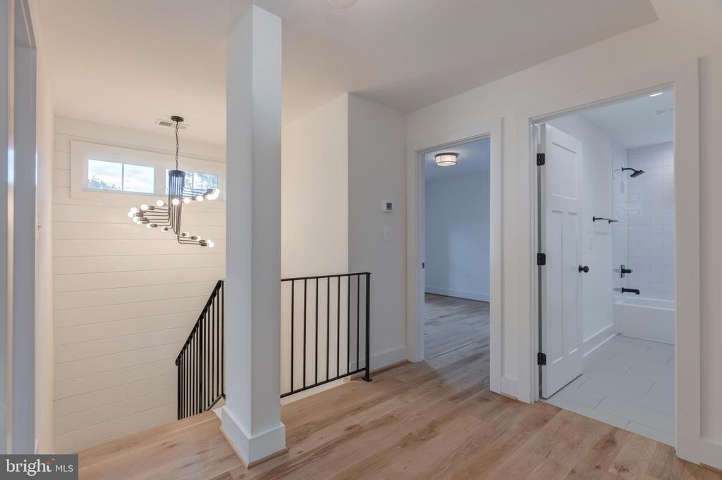 Upper hallway - 2710 S ARLINGTON RIDGE RD, ARLINGTON