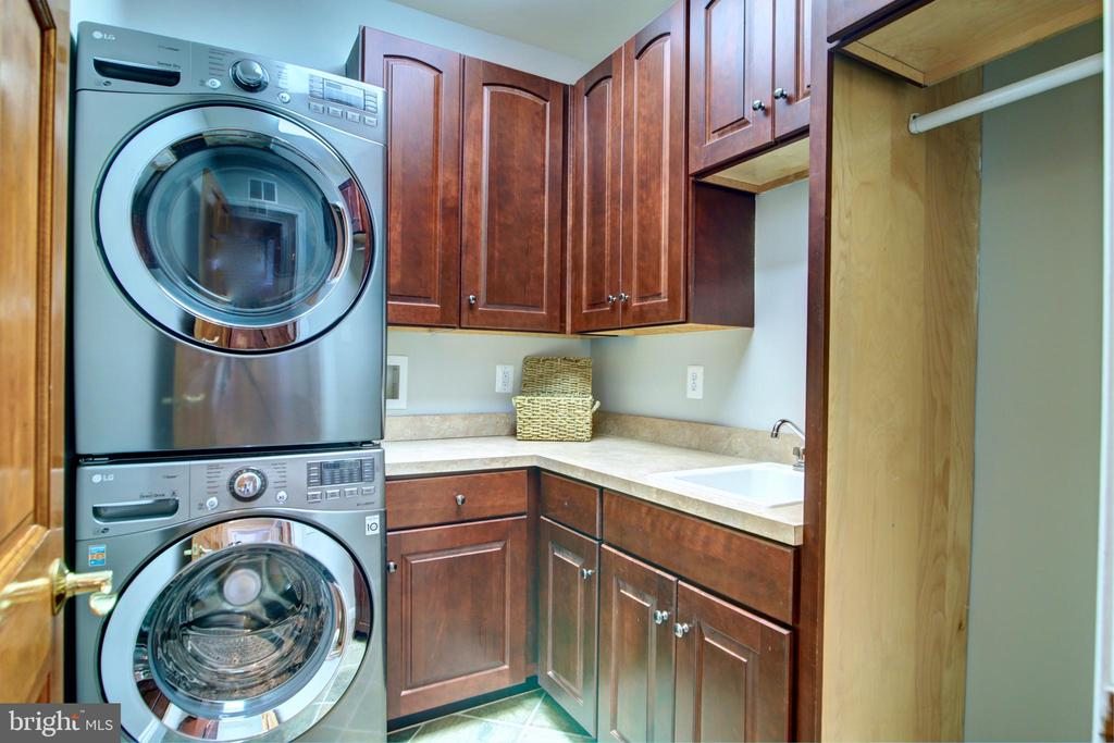 Main level laundry room - 12371 TAYLORSTOWN RD, LOVETTSVILLE