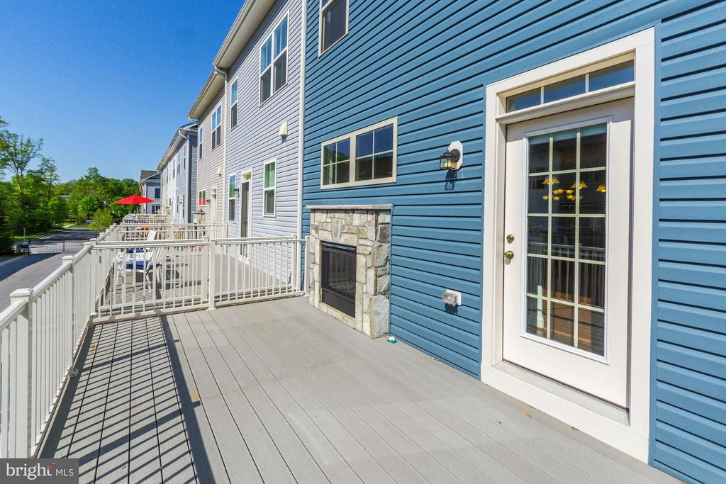 Composite deck w/ access from the kitchen - 116 WATERLINE CT, ANNAPOLIS