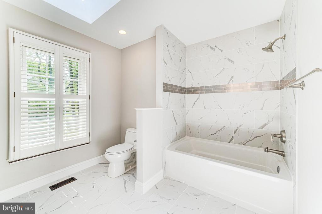 Shutters for privacy and soaking tub - 1331 STOKLEY WAY, VIENNA