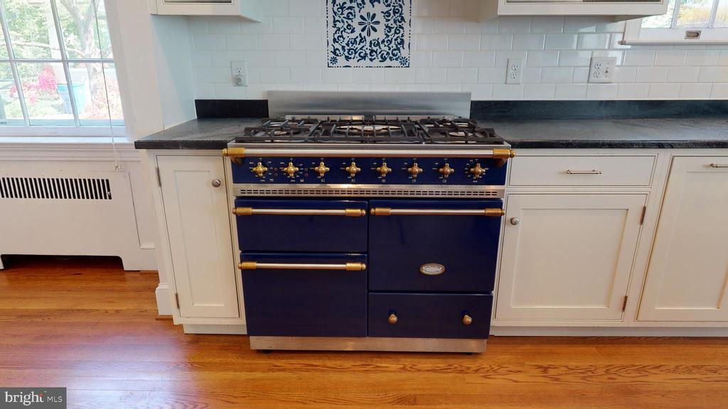 La Canche french stove in Royal Blue! - 304 UPPER COLLEGE TER, FREDERICK