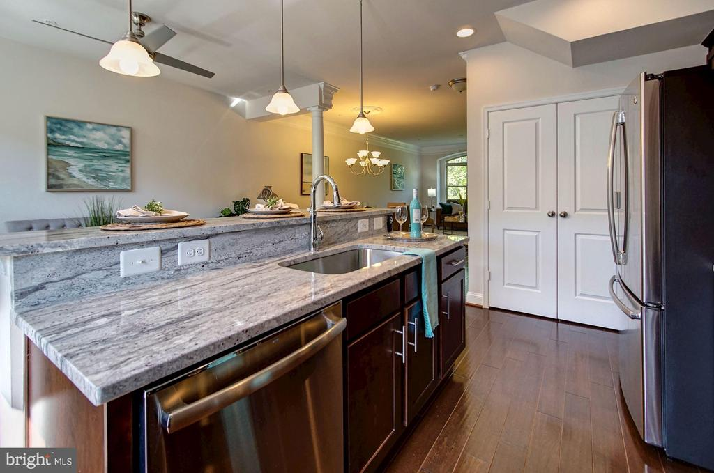 Island with generous counter space - 116 WATERLINE CT, ANNAPOLIS