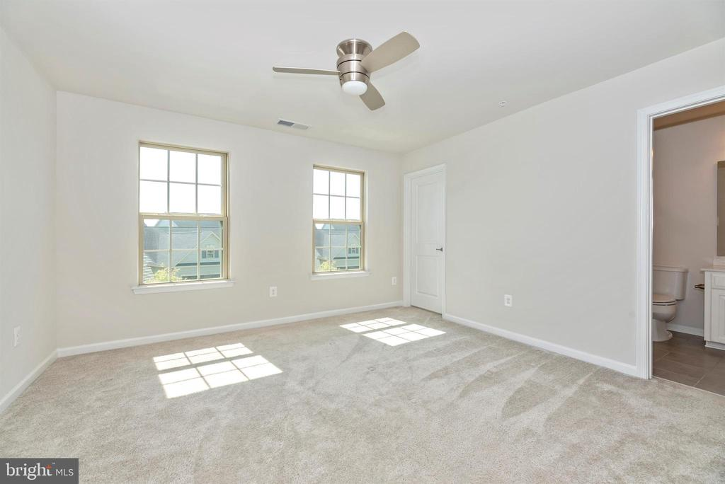 2nd bedroom w/private bath - 10058 HUTZELL ST, IJAMSVILLE