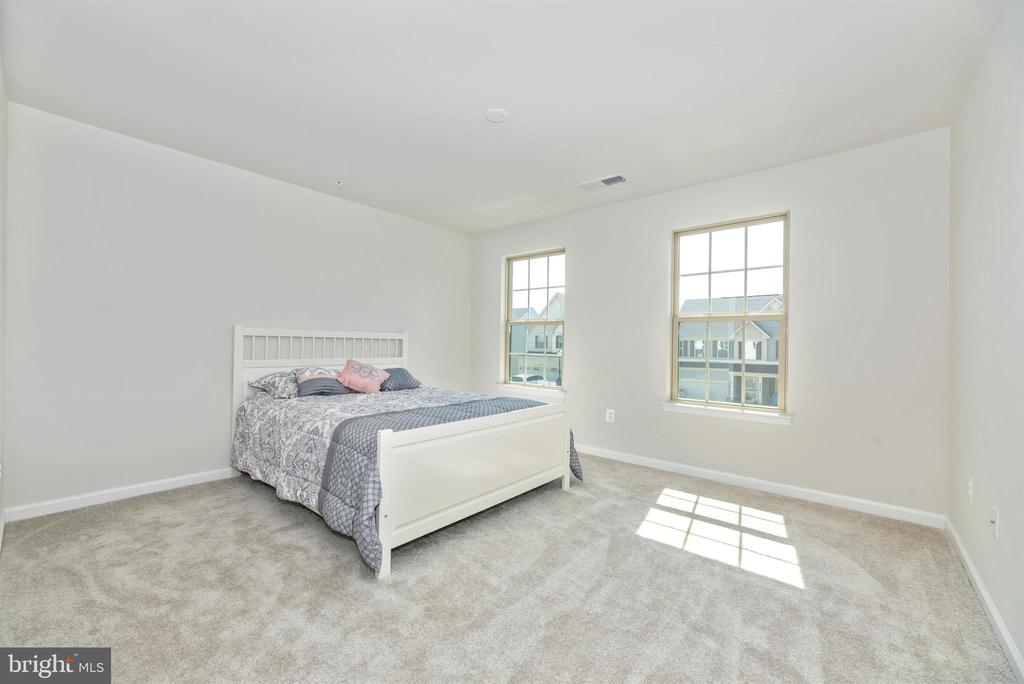 that's a queen size bed & still plenty of room! - 10058 HUTZELL ST, IJAMSVILLE