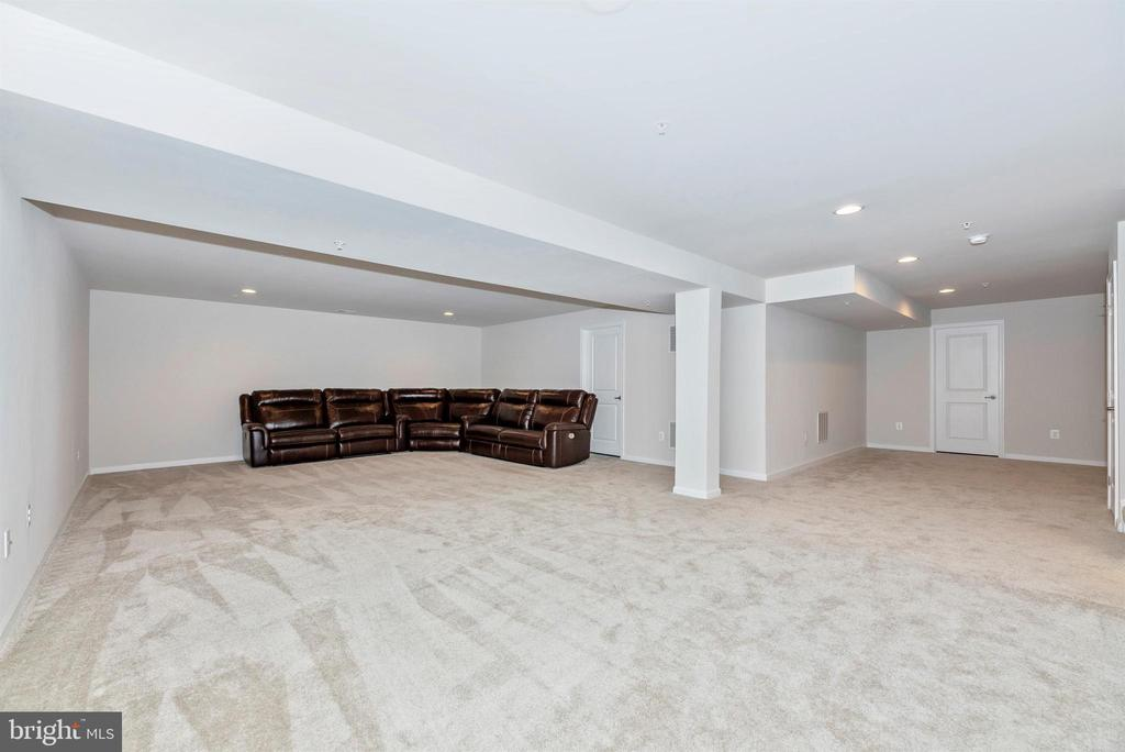 Huge rec room w/rough-in for a wet bar - 10058 HUTZELL ST, IJAMSVILLE