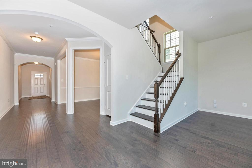 Beautiful architectural details - 10058 HUTZELL ST, IJAMSVILLE