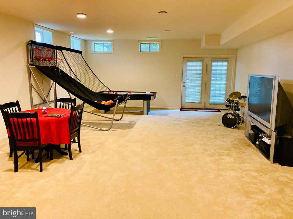Large recreation room with access to backyard - 42426 IBEX DRIVE, STERLING
