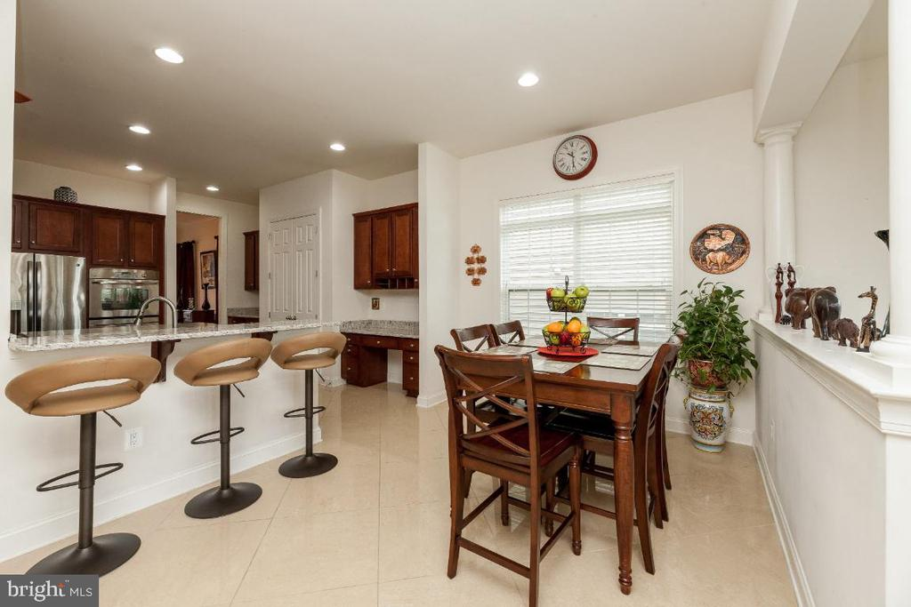 Extended bar, eat-in area off gourmet kitchen - 42426 IBEX DRIVE, STERLING