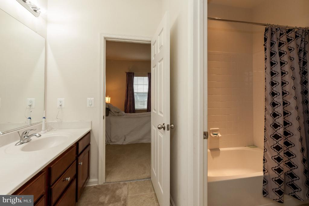 Jack-n-Jill full bath tub/shower - 42426 IBEX DRIVE, STERLING