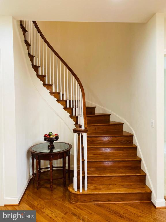Beautiful curved hardwood staircase to upper level - 42426 IBEX DRIVE, STERLING