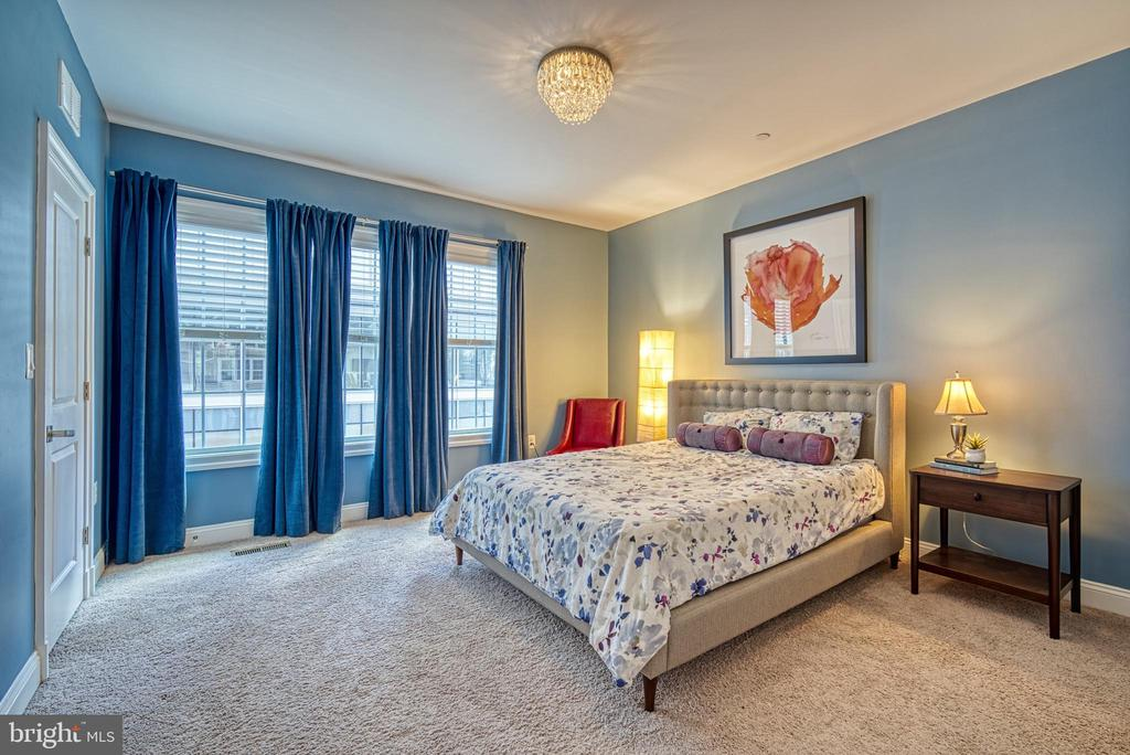 Master will easily accommodate a king-size bed - 825 N WAKEFIELD ST, ARLINGTON