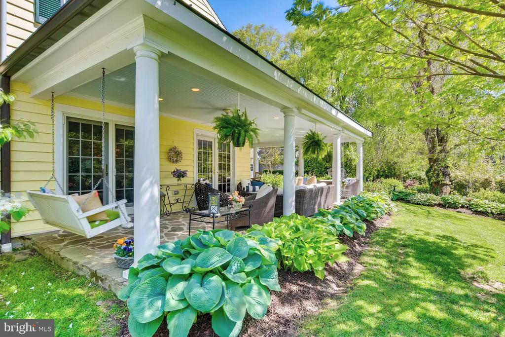 Quiet side yard and porch for retreat - 1209 BERWICK RD, TOWSON