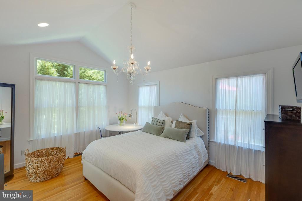 Master Bedroom features vaulted ceiling - 6234 22ND RD N, ARLINGTON