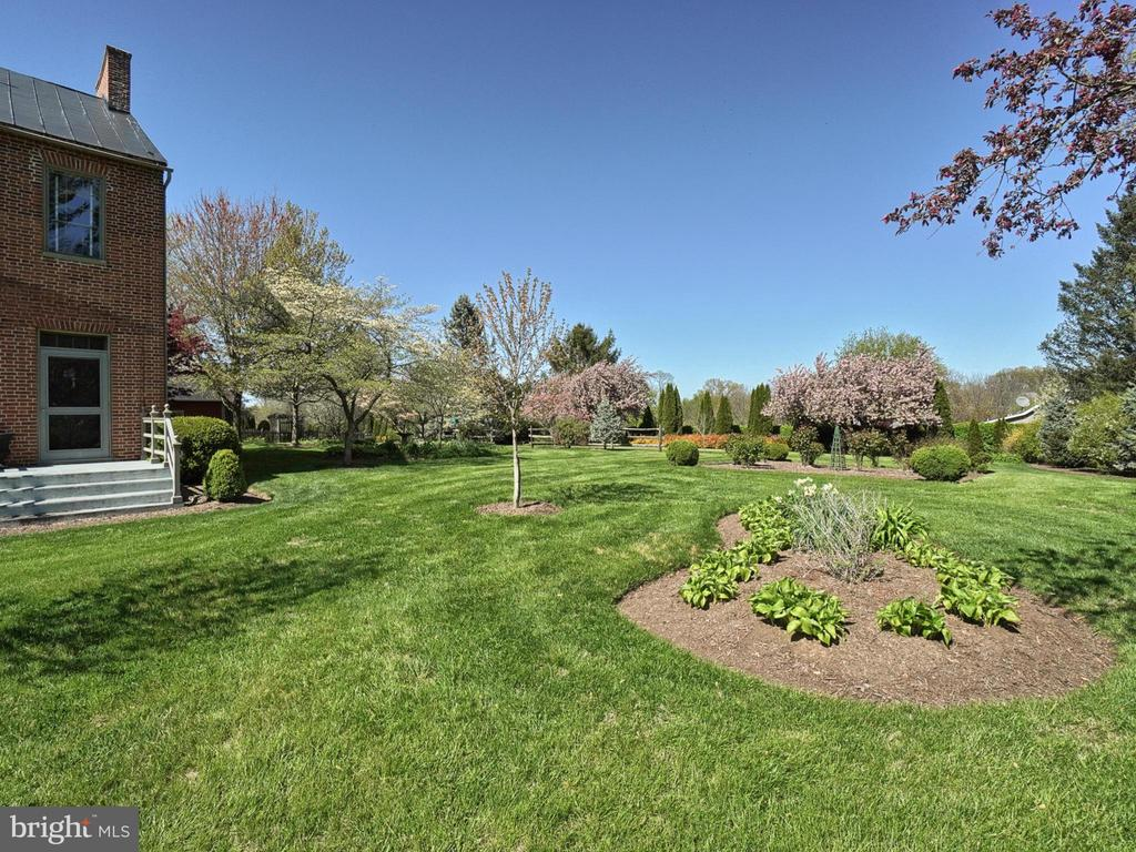 Manicured gardens and mature landscaping - 4105 WESTON DR, KNOXVILLE