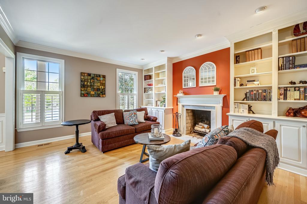 Living room with built in bookcases - 3417 HIDDEN RIVER VIEW RD, ANNAPOLIS
