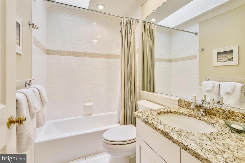2nd guest bath w/ tub/shower & skylight, granite - 236 MOUNTAIN LAUREL LN, ANNAPOLIS