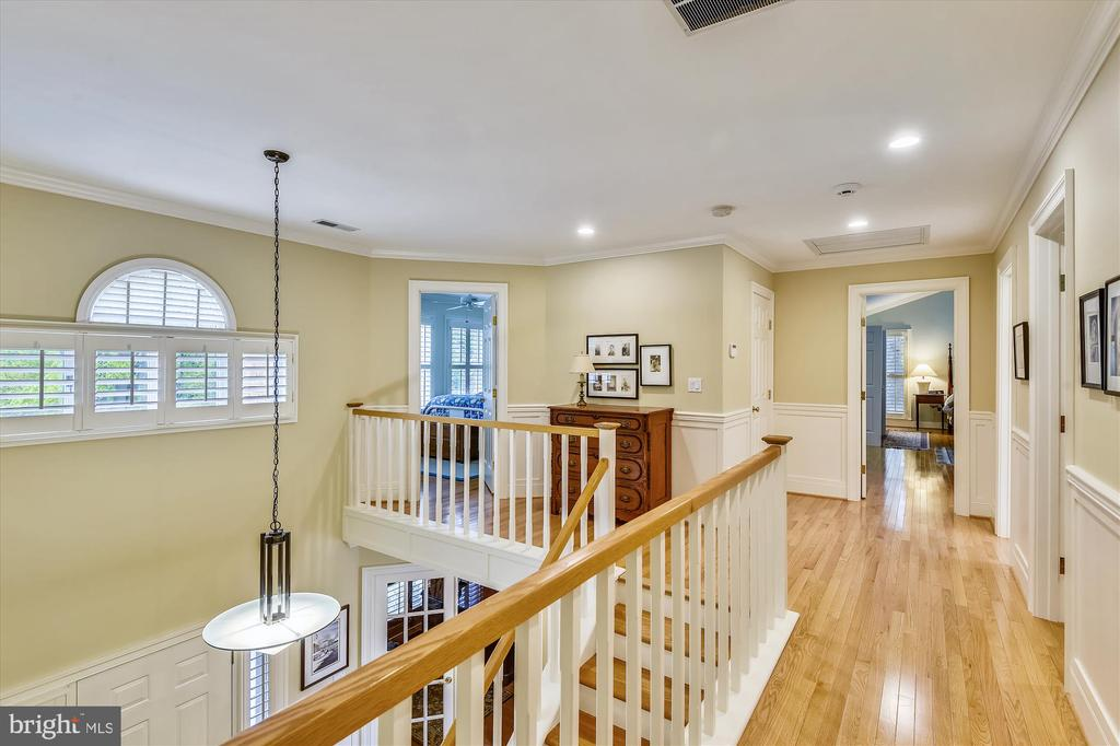 Wide upper level hallway w/ wainscoting - 236 MOUNTAIN LAUREL LN, ANNAPOLIS