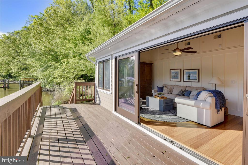 Boathouse brings the outside in. - 236 MOUNTAIN LAUREL LN, ANNAPOLIS