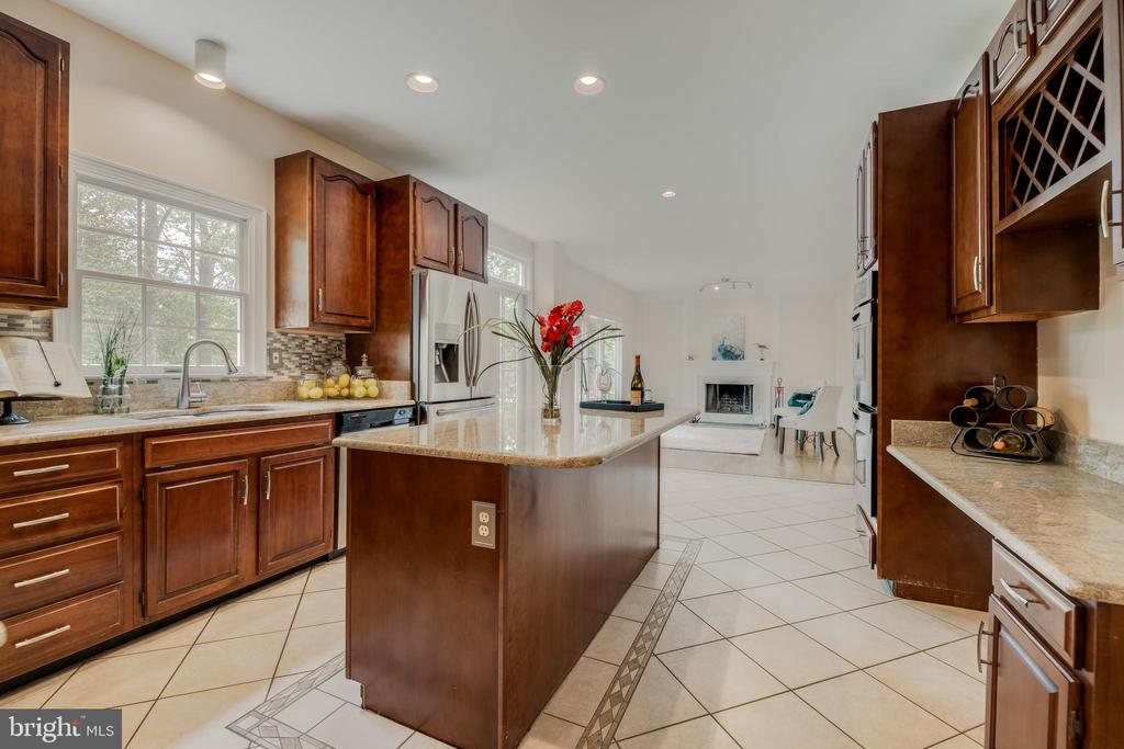 Kitchen with Large Island - 344 DUBOIS RD, ANNAPOLIS