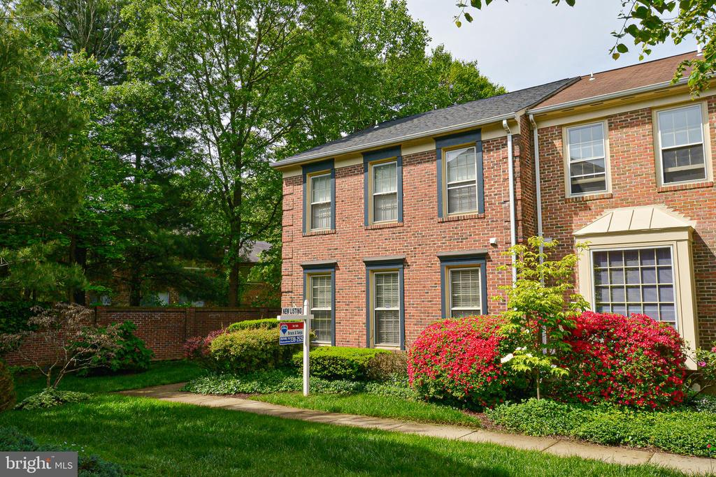 Beautiful setting, lush w/  lovely landscaping - 6510 WESTMORE CT, SPRINGFIELD