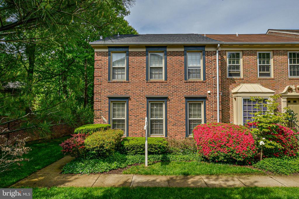 Surrounded by trees and landscaping-great location - 6510 WESTMORE CT, SPRINGFIELD