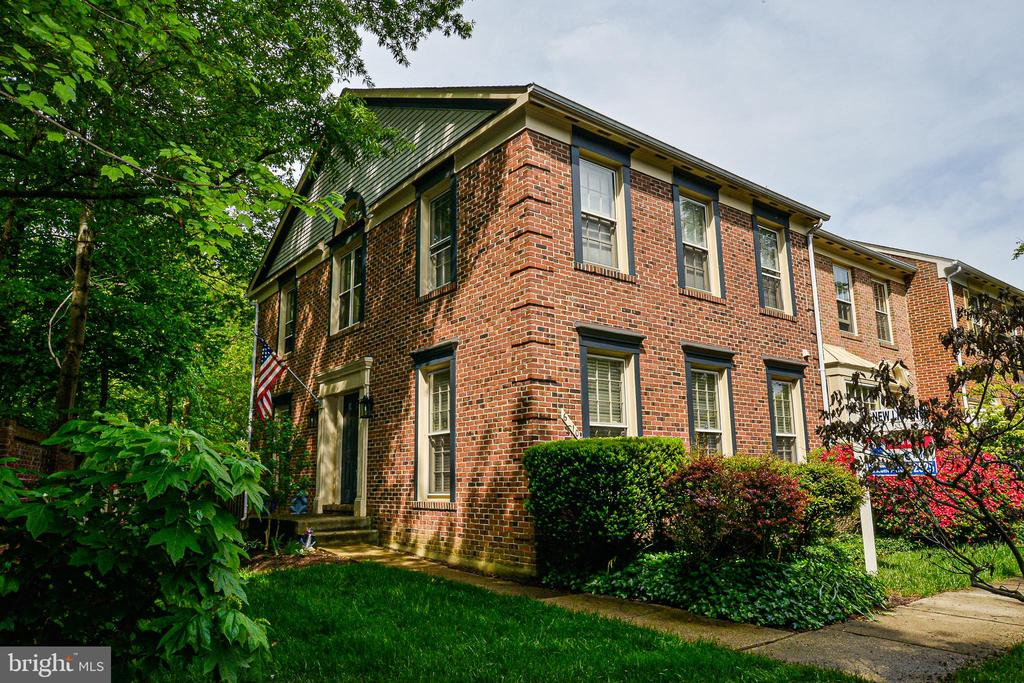 Brick beauty-fantastic end-unit townhome - 6510 WESTMORE CT, SPRINGFIELD