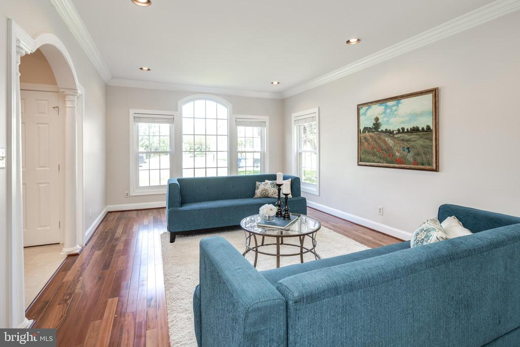 Gracious Living Room with Tiger Wood Floors - 9459 DERAMUS FARM CT, VIENNA