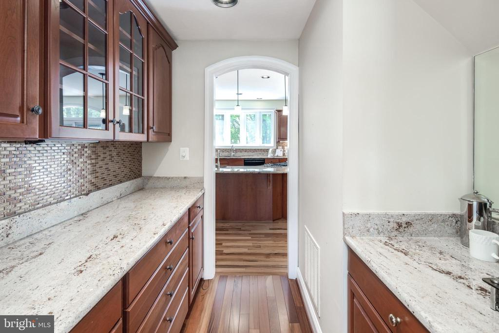 Butlers Pantry with Custom Cabinetry - 9459 DERAMUS FARM CT, VIENNA
