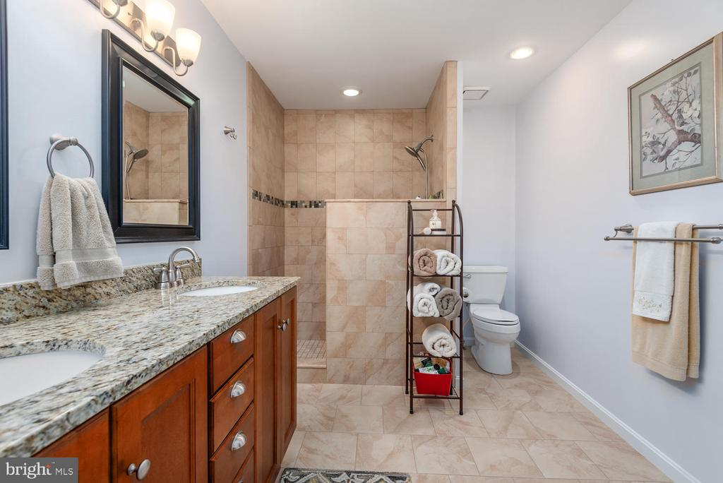 Huge master bath with granite and double sinks! - 325 SANDY RIDGE RD, FREDERICKSBURG