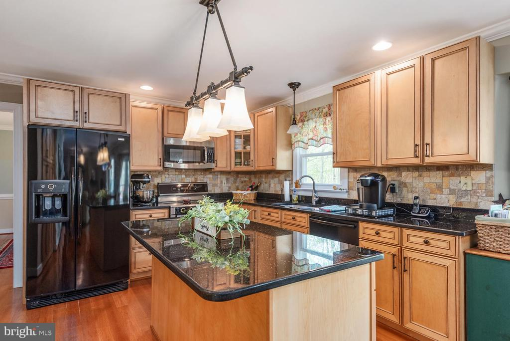 Granite kitchen island with breakfast bar. - 325 SANDY RIDGE RD, FREDERICKSBURG