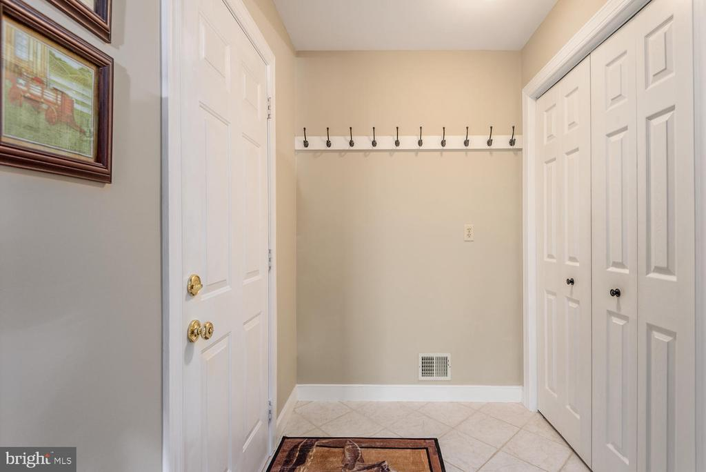Mud room off kitchen and attached garage. - 325 SANDY RIDGE RD, FREDERICKSBURG