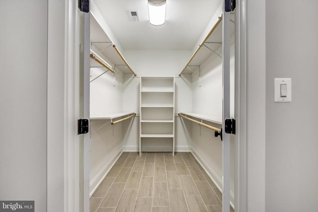 Huge walk-in closet in lower level bedroom - 705 N BARTON ST, ARLINGTON