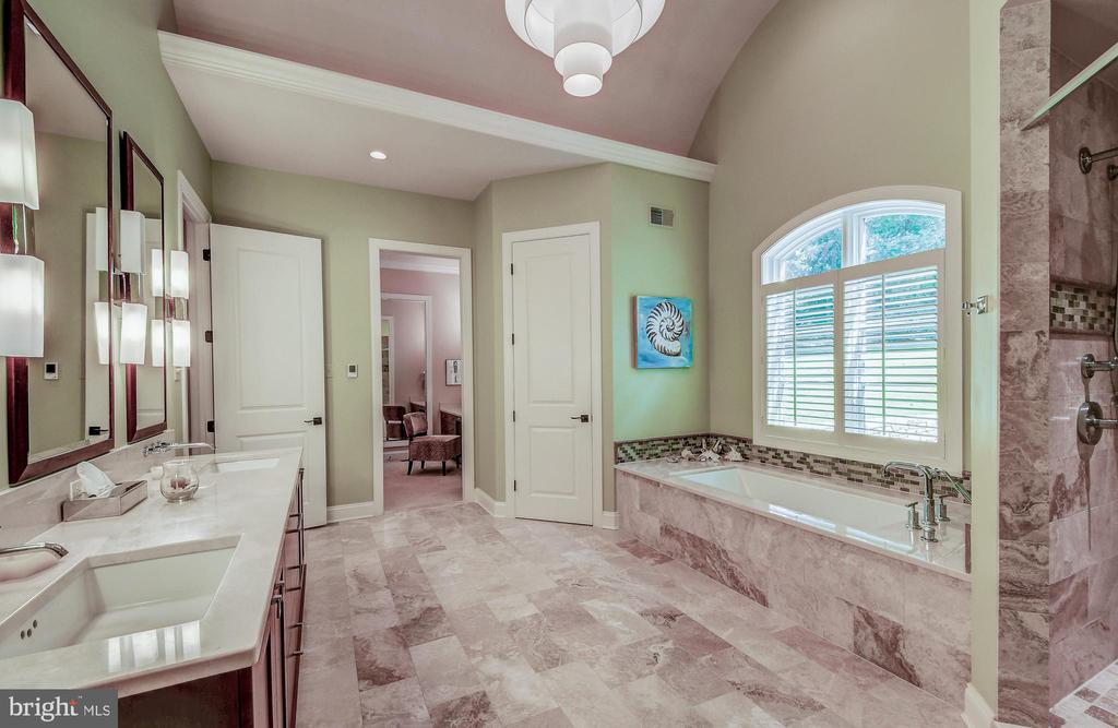Double vanities & huge shower - 28 CAVESWOOD LN, OWINGS MILLS