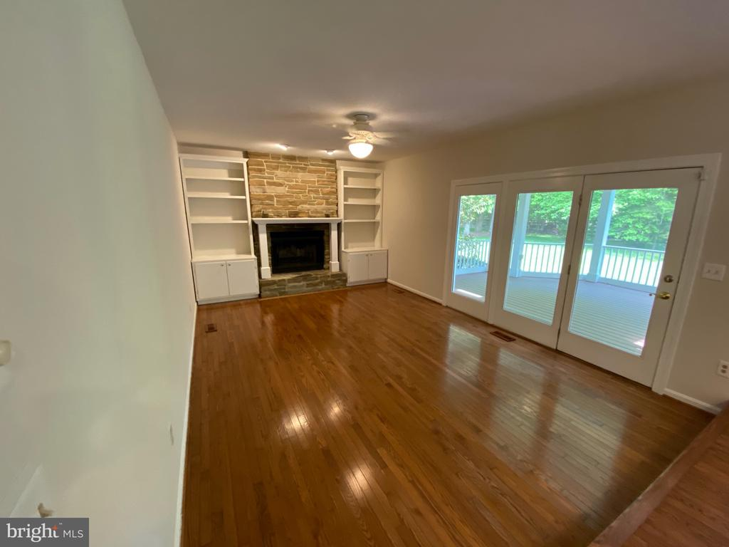 Family Room with doors to screened-in porch - 1401 HUNTING WOOD RD, ANNAPOLIS
