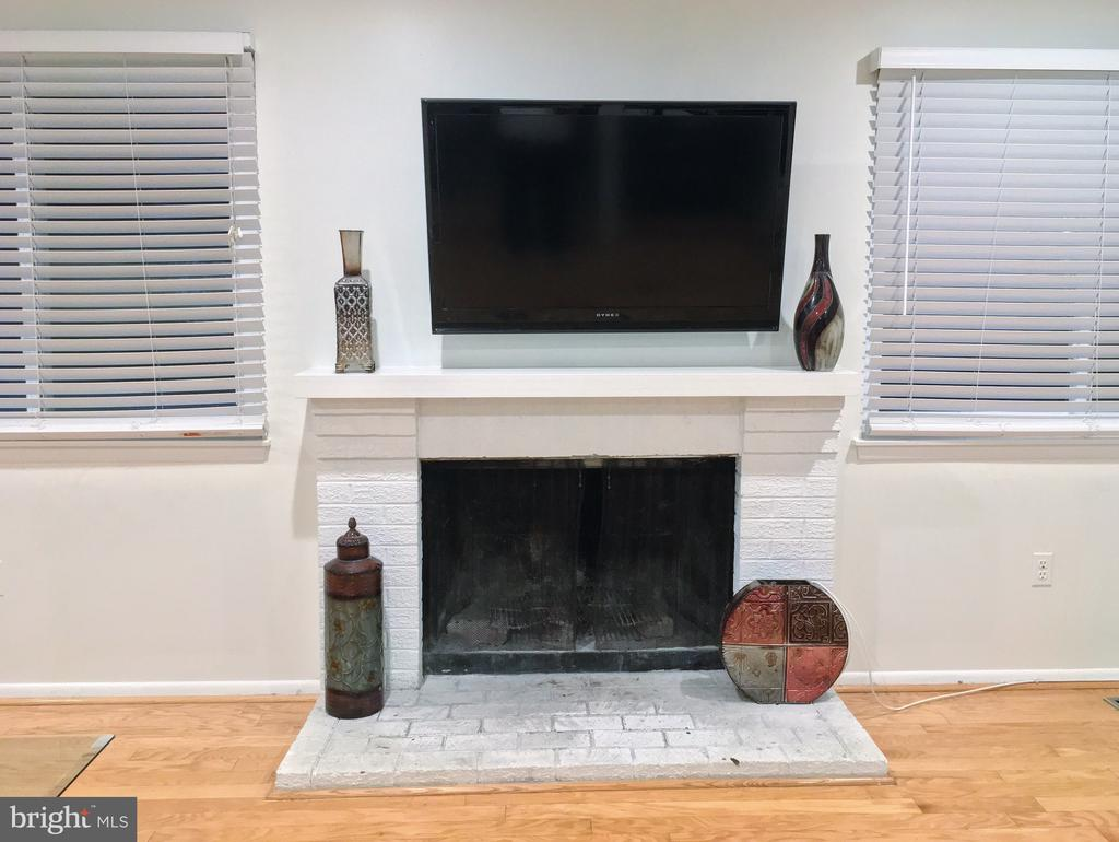 Living Room Fireplace - 18400 STONE HOLLOW DR, GERMANTOWN