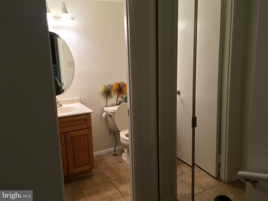 Foyer half bath - 18400 STONE HOLLOW DR, GERMANTOWN