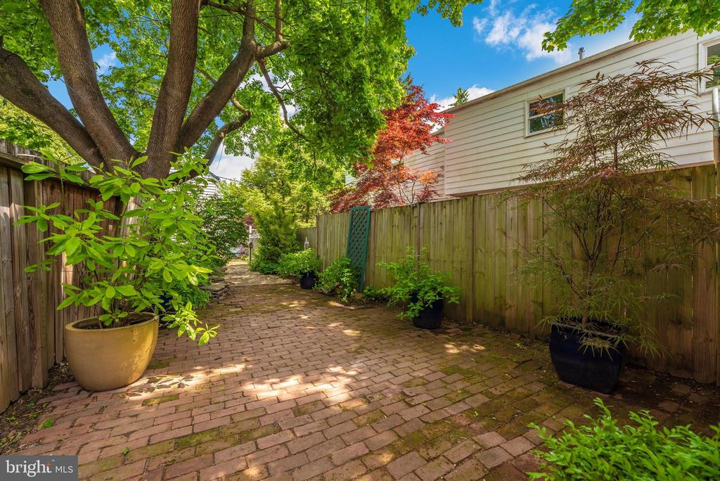 Beautiful landscaping and privacy fencing - 137 W 3RD ST, FREDERICK