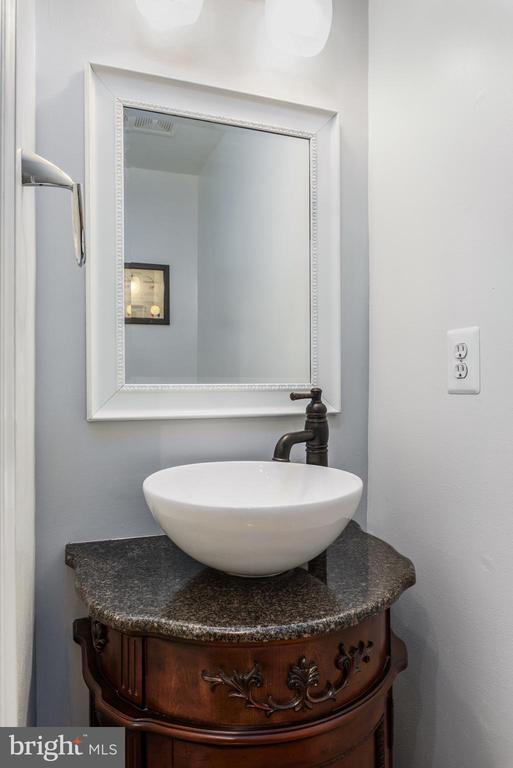 Half bath on main - 20436 RIVER BANK ST, STERLING