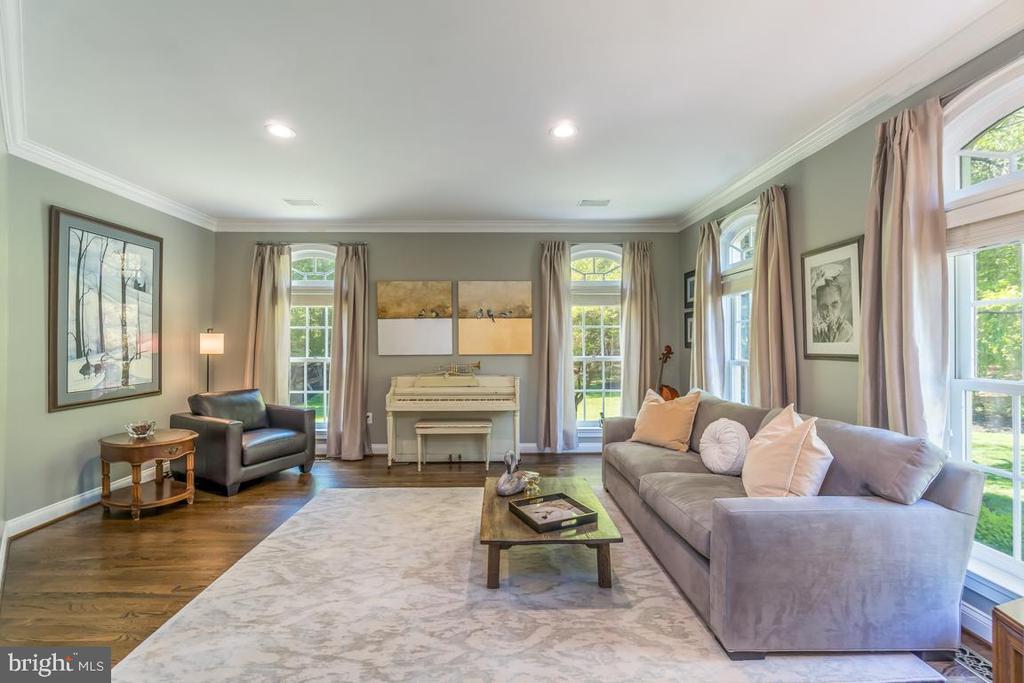 Formal living room shows off the transom window - 5400 LIGHTNING DR, HAYMARKET