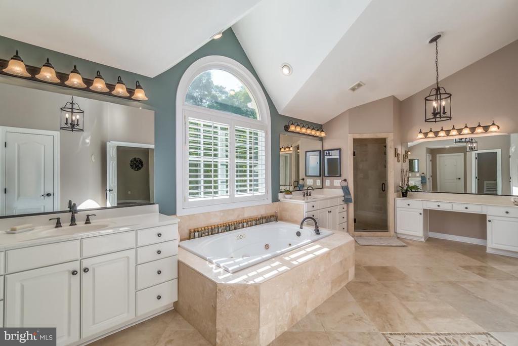 Jacuzzi tub and new separate frameless shower - 5400 LIGHTNING DR, HAYMARKET