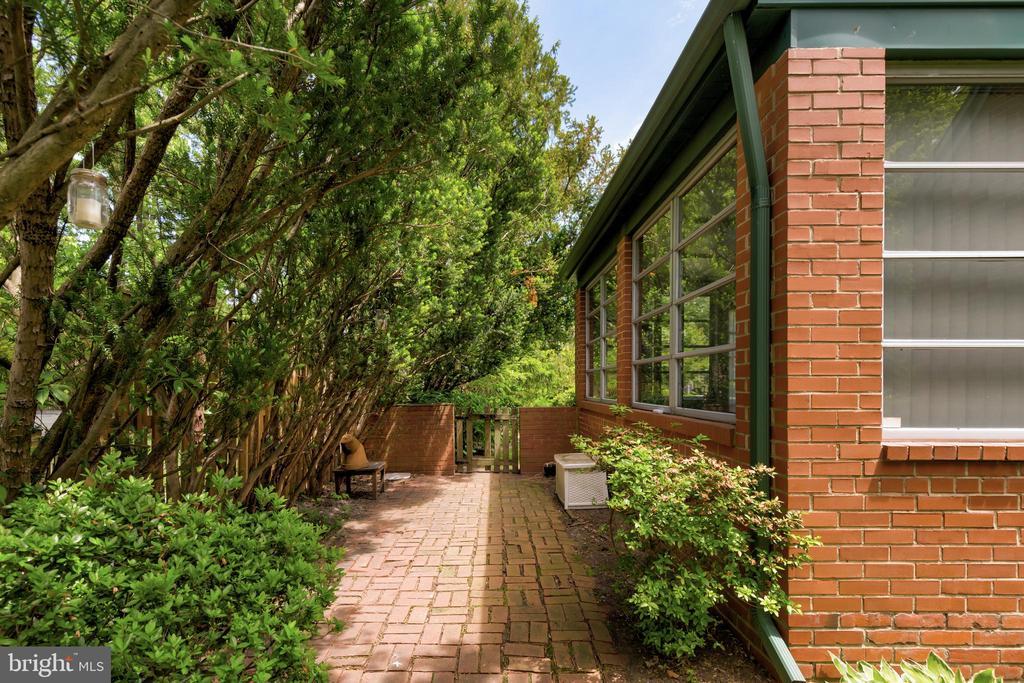 Side patio area leading to backyard. - 2401 N VERNON ST, ARLINGTON